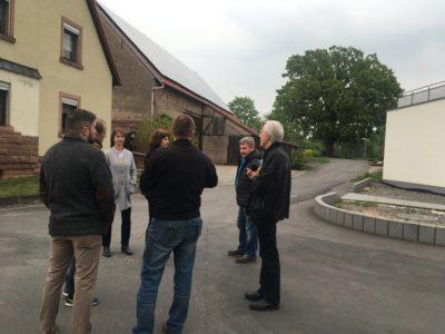 Ortsbegehung mit Wahrzeichen im Hintergrund, 500 Jahre alten Luthereiche