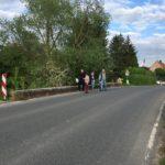 Brücke, nur für Autos, ohne Fußweg, oder Radweg, mit Schild auf der anderen Seite der Brück: Achtung Kinder!